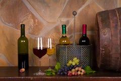 Rot und Weißwein neben alter Tonne im Weinkeller Lizenzfreies Stockbild