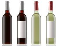 Rot und Weißweinflaschen säubern und mit Aufklebern auf weißem Hintergrund mit Reflexion Stockbild
