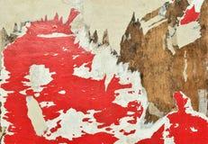 ROT UND WEISS Die Fetzen von alten Plakaten auf einer Anschlagtafel lizenzfreie stockfotos