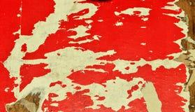 ROT UND WEISS Die Fetzen von alten Plakaten auf einer Anschlagtafel lizenzfreie stockbilder