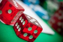 Rot würfelt im Kasino Stockbild