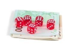 Rot würfelt und Eurogeld lizenzfreie stockfotografie