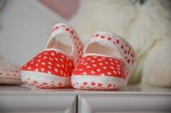 Rot-weiße Babybeuten lizenzfreie stockbilder