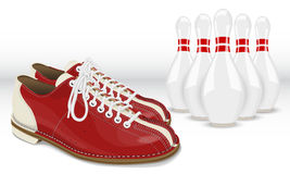 Rot-weiße Kegel- und Bowlingspielschuhe Stockfotografie