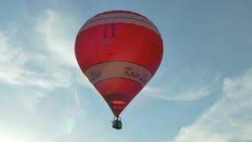 Rot-weißer Ballon im Himmel stock footage
