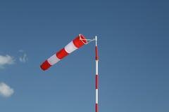 Rot-weißer gestreifter Windsock auf einem Pol Lizenzfreies Stockfoto