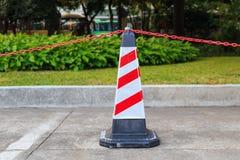 Rot-weißer Verkehrskegel und -kette auf Straße Lizenzfreie Stockfotografie