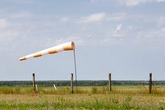 Rot-weißer Windsock, der Wind am Flugplatz anzeigt Stockfotografie