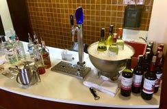 Rot, Weißwein, Fassbier und Schnaps stockfotos