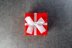 Rot wickelte Geschenkboxen mit einem weißen Bogen für geliebten für Geburtstag, neues Jahr, Vorabend, Weihnachten, Valentinstag o Lizenzfreies Stockfoto
