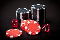 Rot zwei würfelt und schwarze und rote Chips Lizenzfreies Stockbild