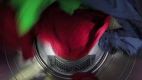 Rotação brilhante da roupa em um secador video estoque