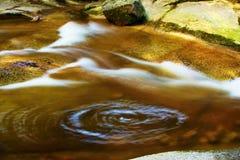 Rotação circular da água, montanhas gigantes, rio de Mumlava, república checa imagem de stock
