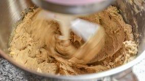 Rotação da manteiga e do açúcar mascavado no misturador fotos de stock