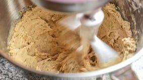 Rotação da manteiga e do açúcar mascavado no misturador foto de stock