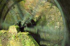 Rotação da roda de pá de um moinho de água histórico imagens de stock royalty free