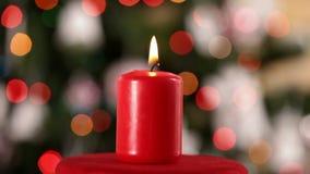 Rotação da vela do Natal e corrediça na frente das luzes obscuras filme