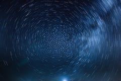 A rotação das estrelas em torno da estrela norte, e a luz c imagem de stock royalty free