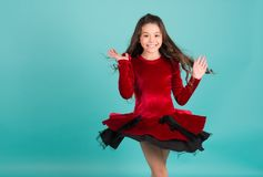 Rotação do dançarino da menina no fundo vermelho do azul de vestido foto de stock