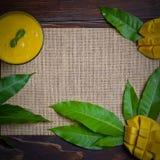 Rotação do suco da manga na vida saudável da tabela de madeira fotos de stock royalty free