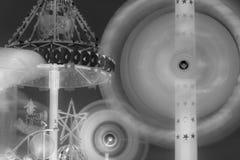 Rotação dos carrosséis na noite em preto e branco fotos de stock
