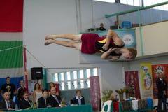 Rotação masculina do ar do programa do assoalho da ginasta fotos de stock