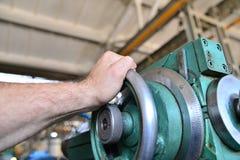 Rotação mecânica do trabalhador da alimentação em uma máquina metalúrgica imagens de stock royalty free