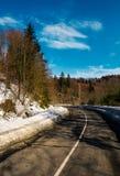 Rotação na estrada da montanha no inverno fotografia de stock