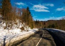 Rotação na estrada da montanha no inverno foto de stock