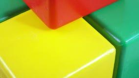 Rotação plástica do cubo do brinquedo filme