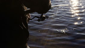 Rotações bonitas do baixo de rocha na linha de pesca Pesca de giro video estoque