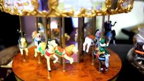 Rotações do carrossel do brinquedo Cavalos do brinquedo no carrossel video estoque