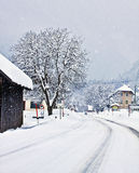 Rota alpina austríaca no tempo de inverno com queda de neve Foto de Stock