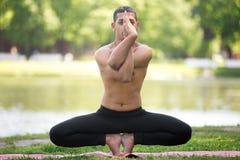 Rota Chakra poserar med garudasanahänder Royaltyfria Bilder
