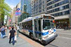 Rota de ônibus 5 do MTA na quinta avenida, NYC, EUA Fotografia de Stock Royalty Free