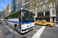 Rota de ônibus x7 do MTA na quinta avenida, NYC, EUA Foto de Stock