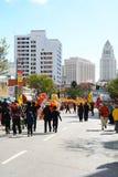 Rota de parada com a câmara municipal no fundo em Dragon Parade dourado, comemorando o ano novo chinês imagem de stock royalty free