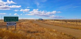Rota do Patagonia de Argentina com sinal para o EL Calafate, Patagonia, Argentina fotografia de stock