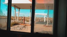 Rota 66 estilo de vida quebrado de abastecimento do vídeo de movimento lento da janela da estrada 66 da crise Posto de gasolina a video estoque