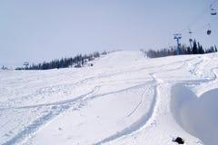 Rota longa do elevador de cadeira ao longo de uma inclinação do esqui imagem de stock royalty free