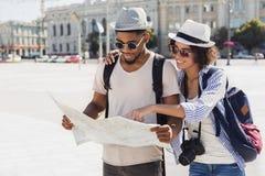 Rota planejando de amor da caminhada dos pares com mapa fotografia de stock