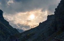 Rota Trekking com picos na parte inferior no por do sol, as Astúrias fotografia de stock