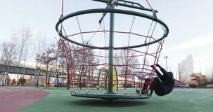 Rotación del hombre del carrusel en el parque almacen de video