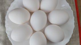 Rotación del huevo en la tabla de madera, visión superior almacen de video