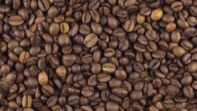 Rotación lenta del montón de los granos de café almacen de metraje de vídeo