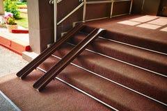 Rotaie del metallo per le sedie a rotelle nella entrata del deposito Rampa per accessibilità di una persona con le inabilità immagine stock libera da diritti