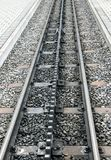 Rotaie e piattaforme di una ferrovia svizzera della ruota dentata fotografia stock libera da diritti