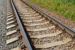 Rotaie ferroviarie su un'erba Fotografie Stock Libere da Diritti