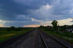 Rotaie sotto il cielo di sera Fotografie Stock Libere da Diritti