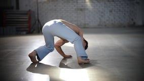rotaiting他的在地板上的人腿-显示capoeira元素 股票视频